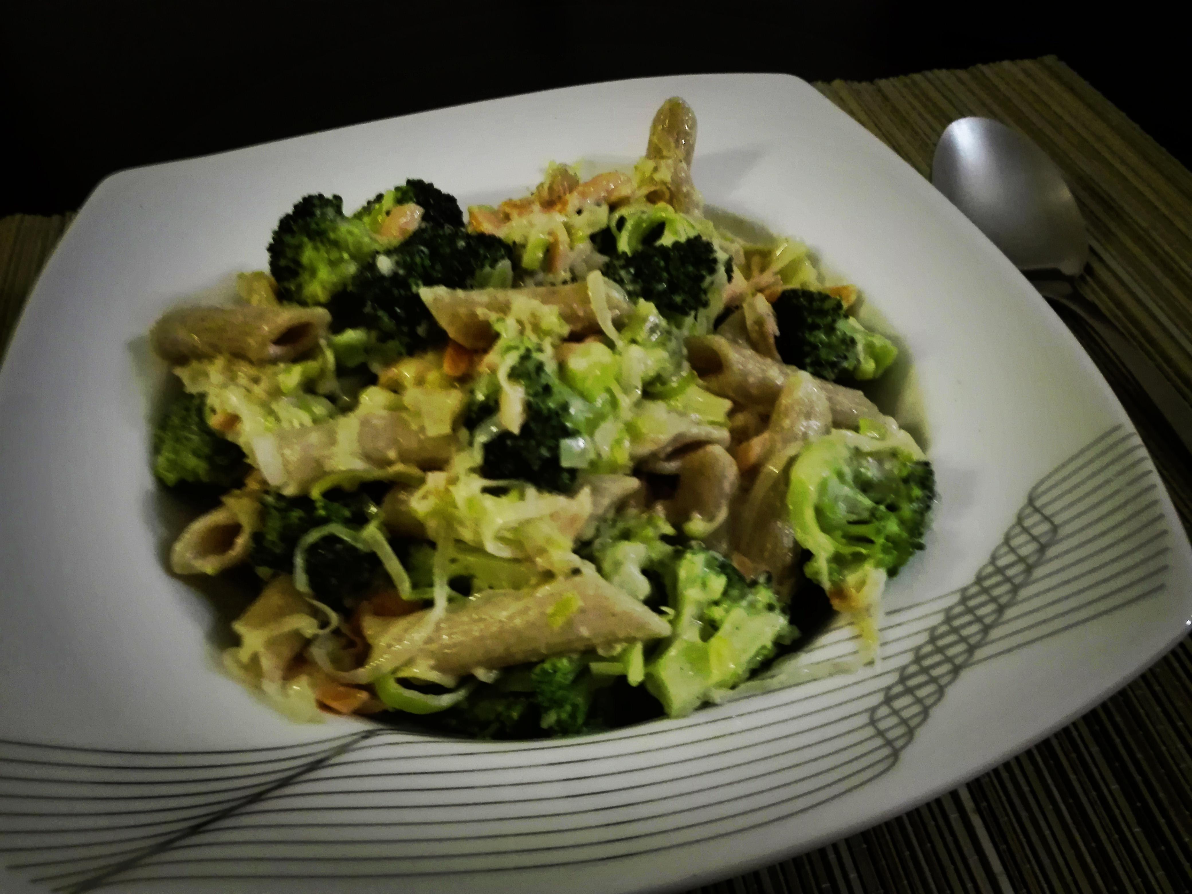 Makaron z brokułem, porem i łososiem w sosie a la beszamelowym
